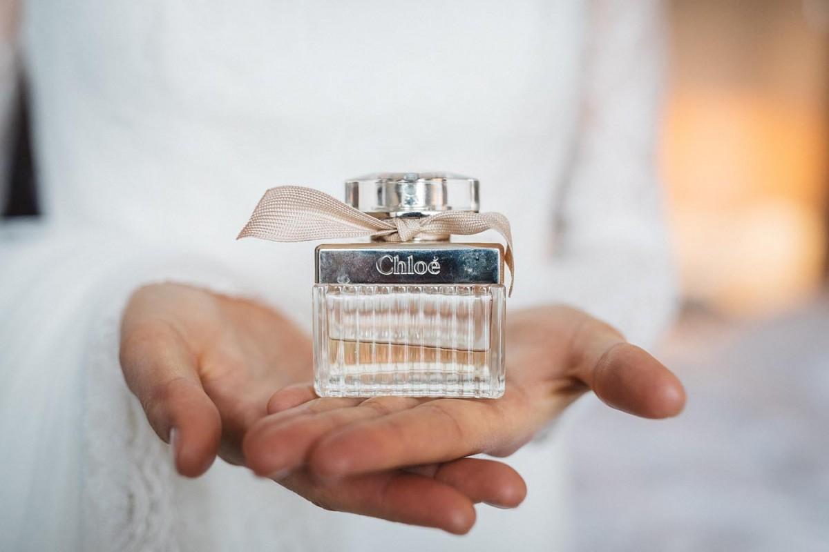 Hochzeitsfotograf Köln Hyatt Regency Hotel Getting Ready Braut Parfum